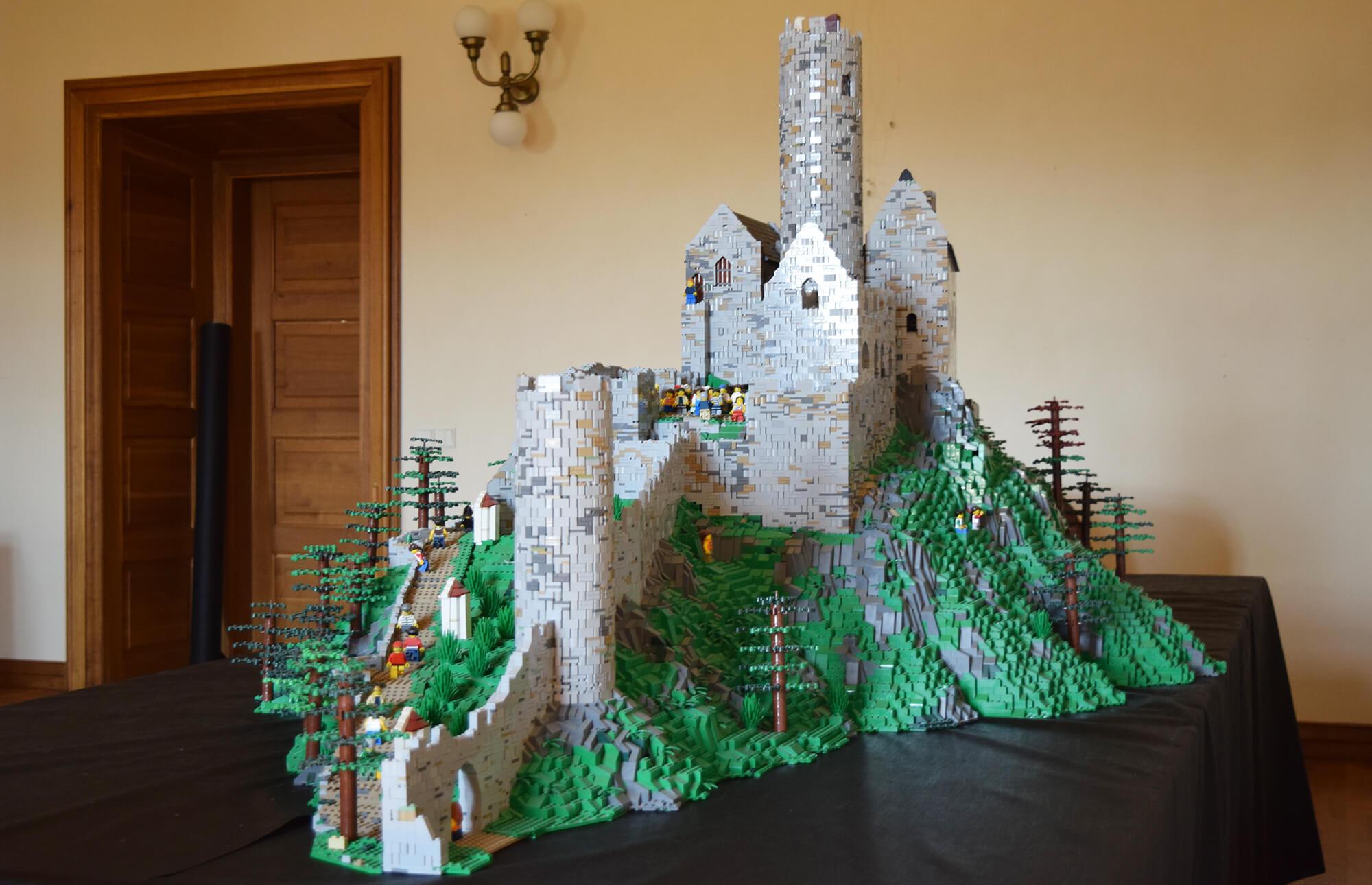 Hrad Bezděz sestavený z kostek LEGO