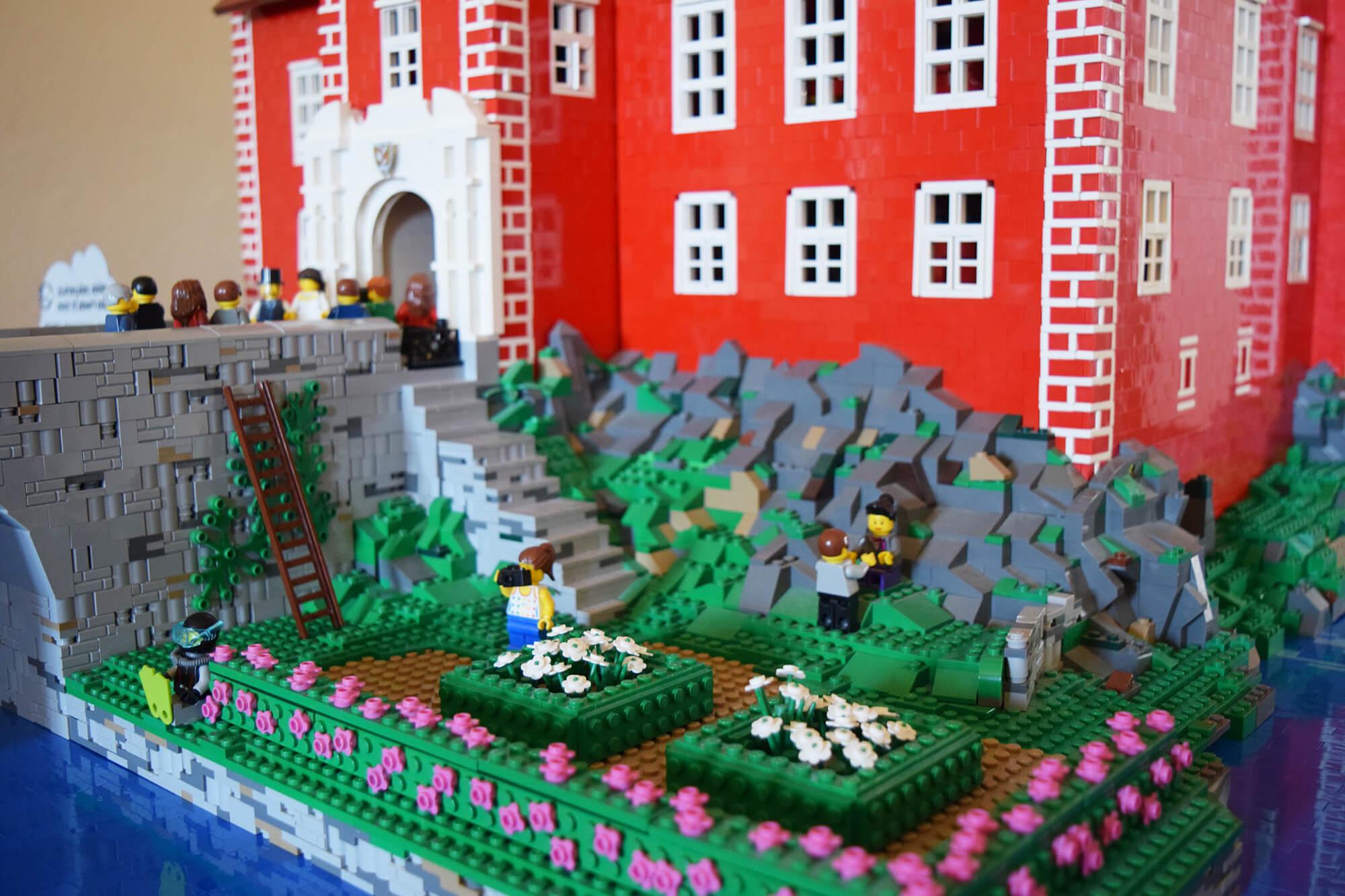 Detail zámku Červená Lhota sestavený z kostek LEGO