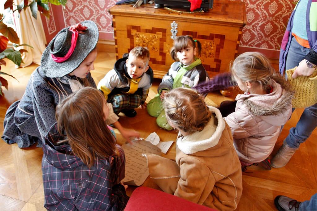 Děti si hrají na zámku s komtesou
