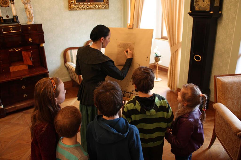 Děti sledují vizuálně přiblíženou historii děčínského zámku