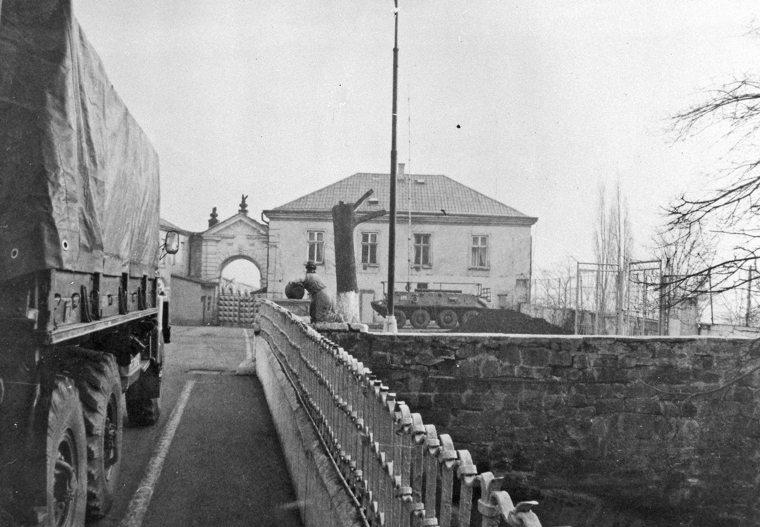 Vojenské auto vyjíždí ze zámku na první nádvoří