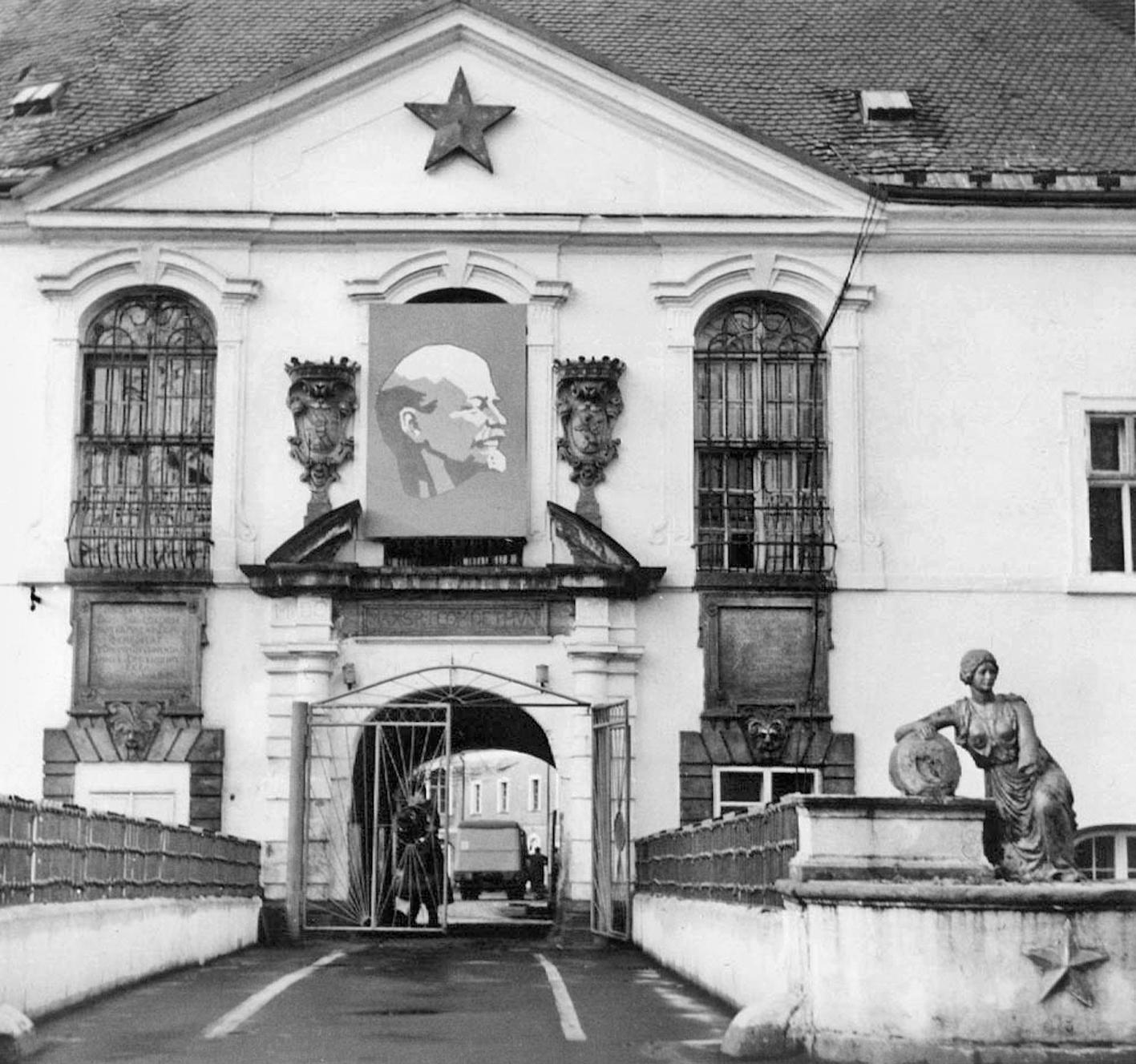 Průčelí zámku s portrétem Lenina