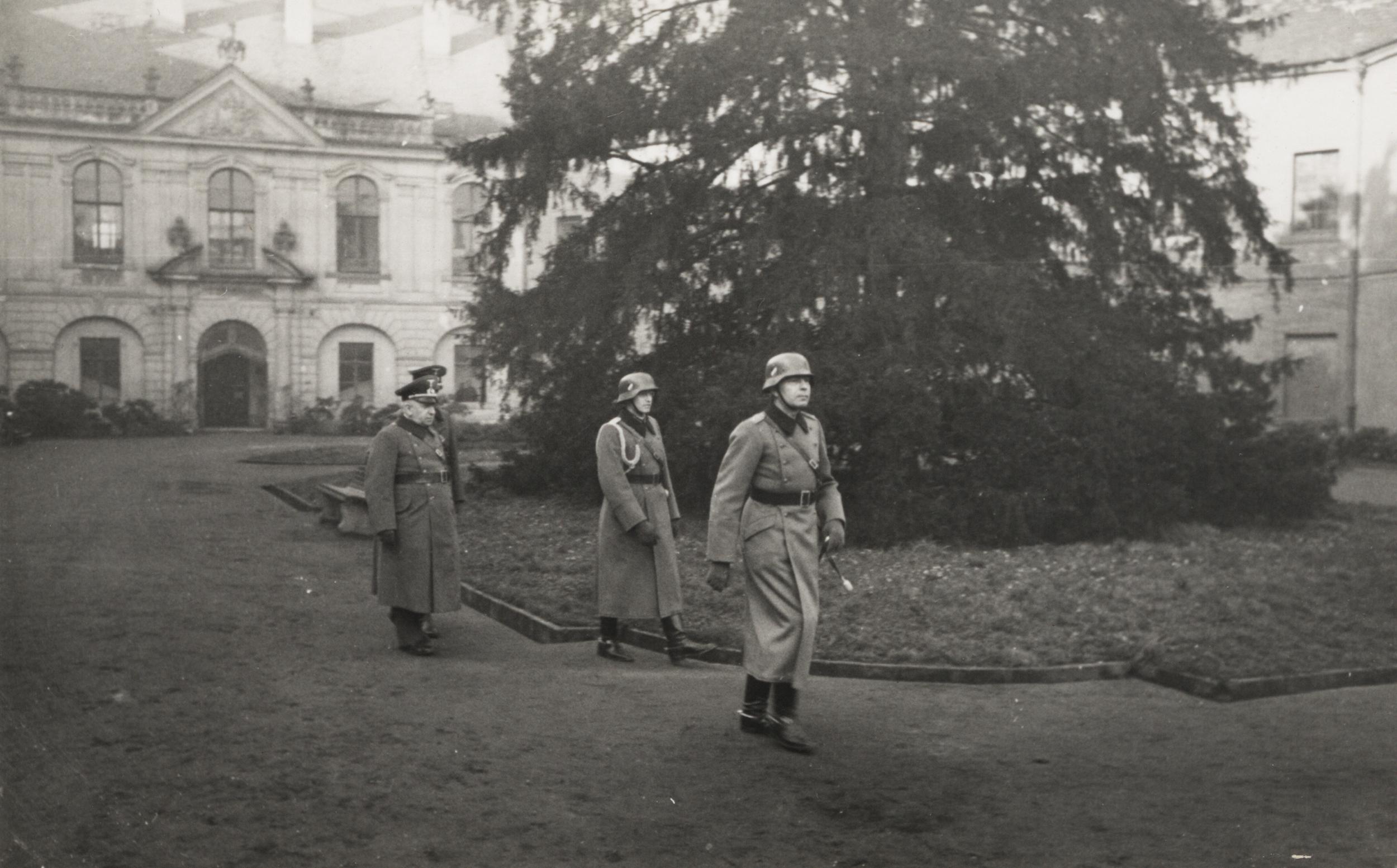Němečtí vojáci na hlavním nádvoří