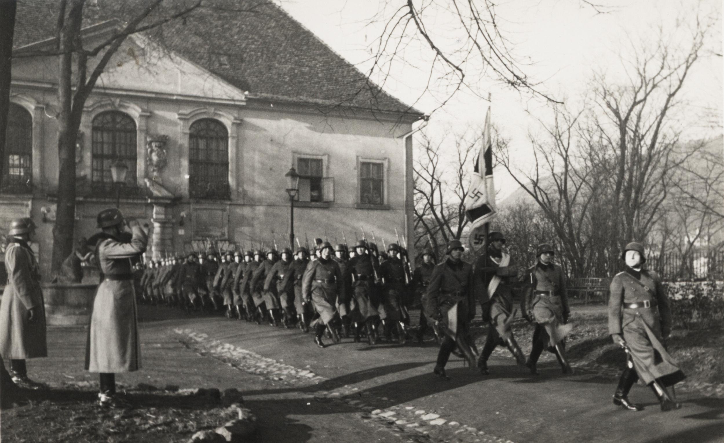 Nástup německé armády před průčelím zámku