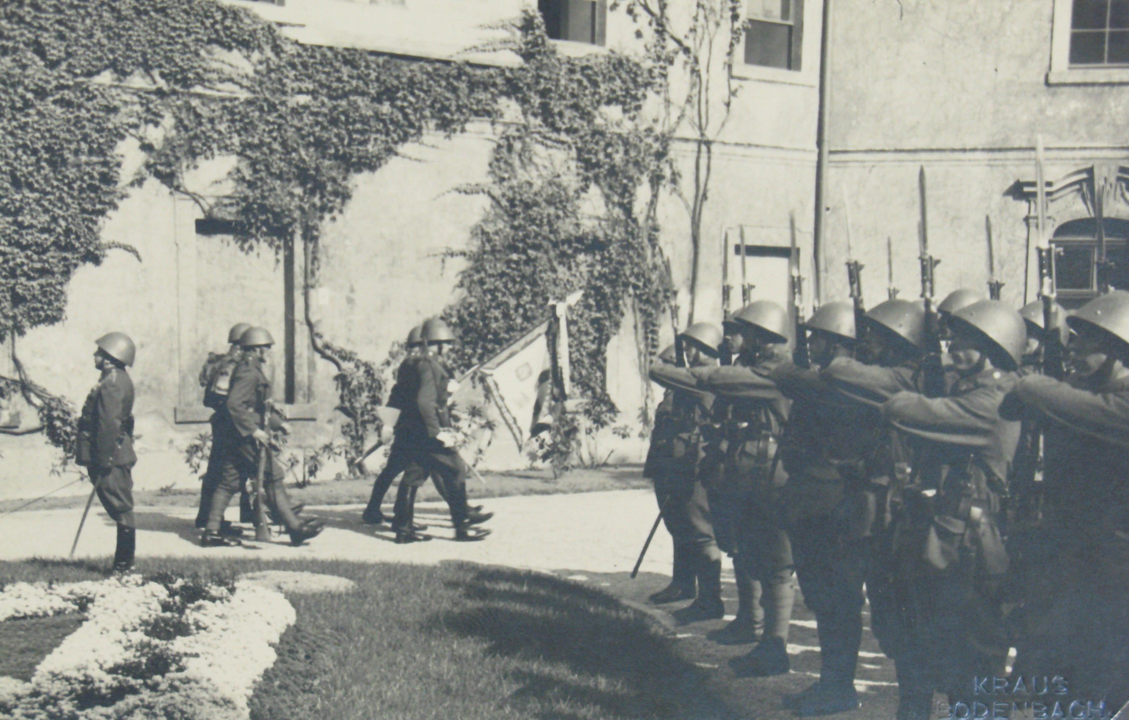 Nástup československé armády na nádvoří zámku
