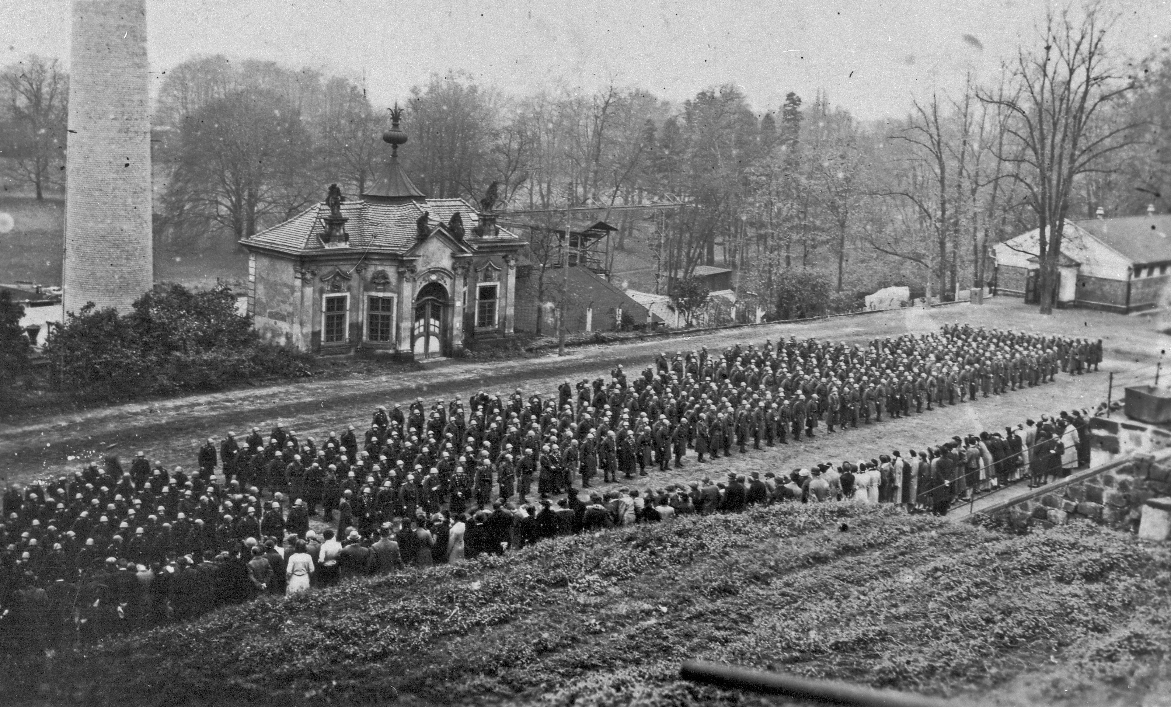 Nástup československé armády před Čajovým pavilonem