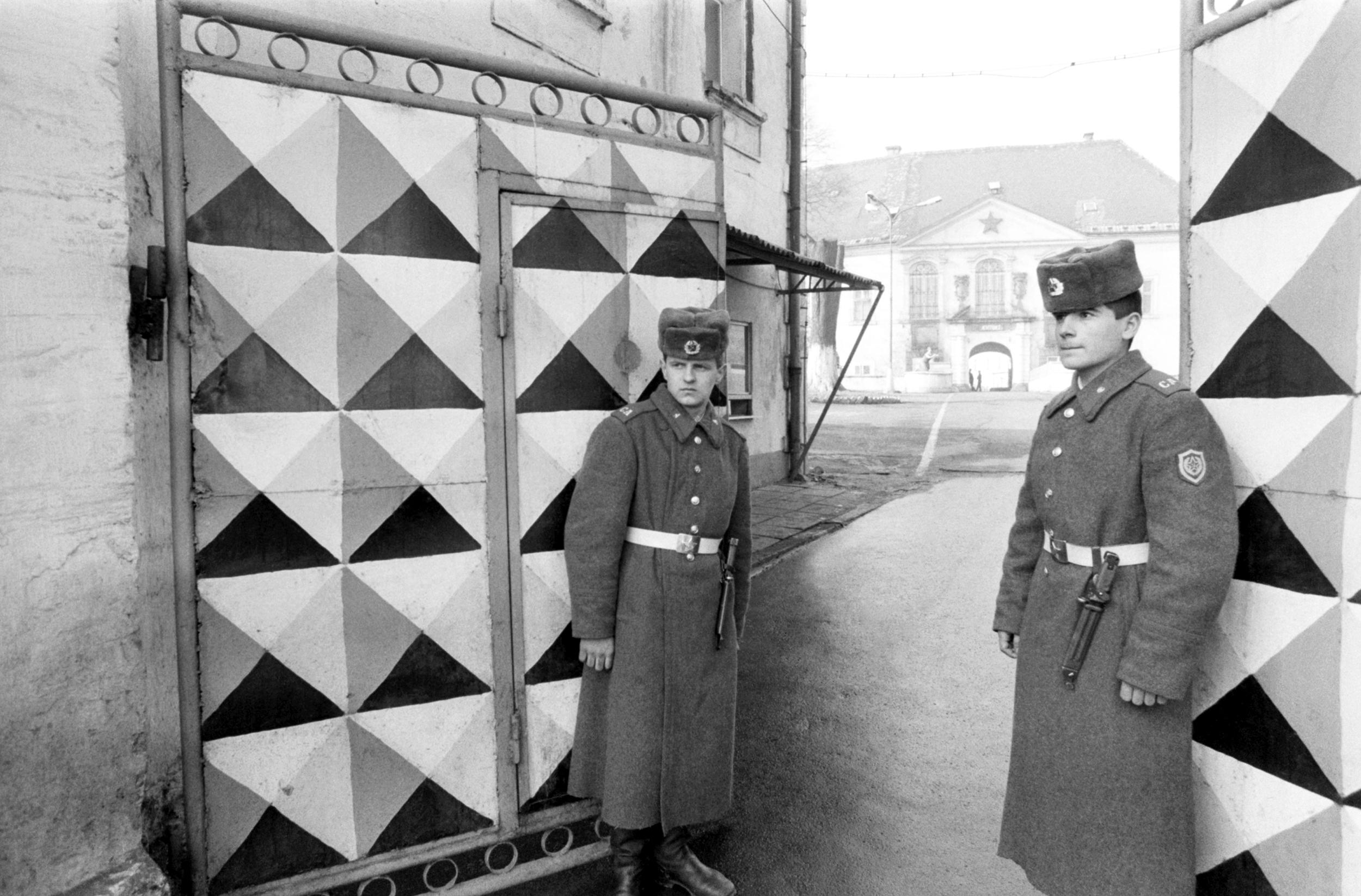 Dva sovětští vojáci u zámecké brány