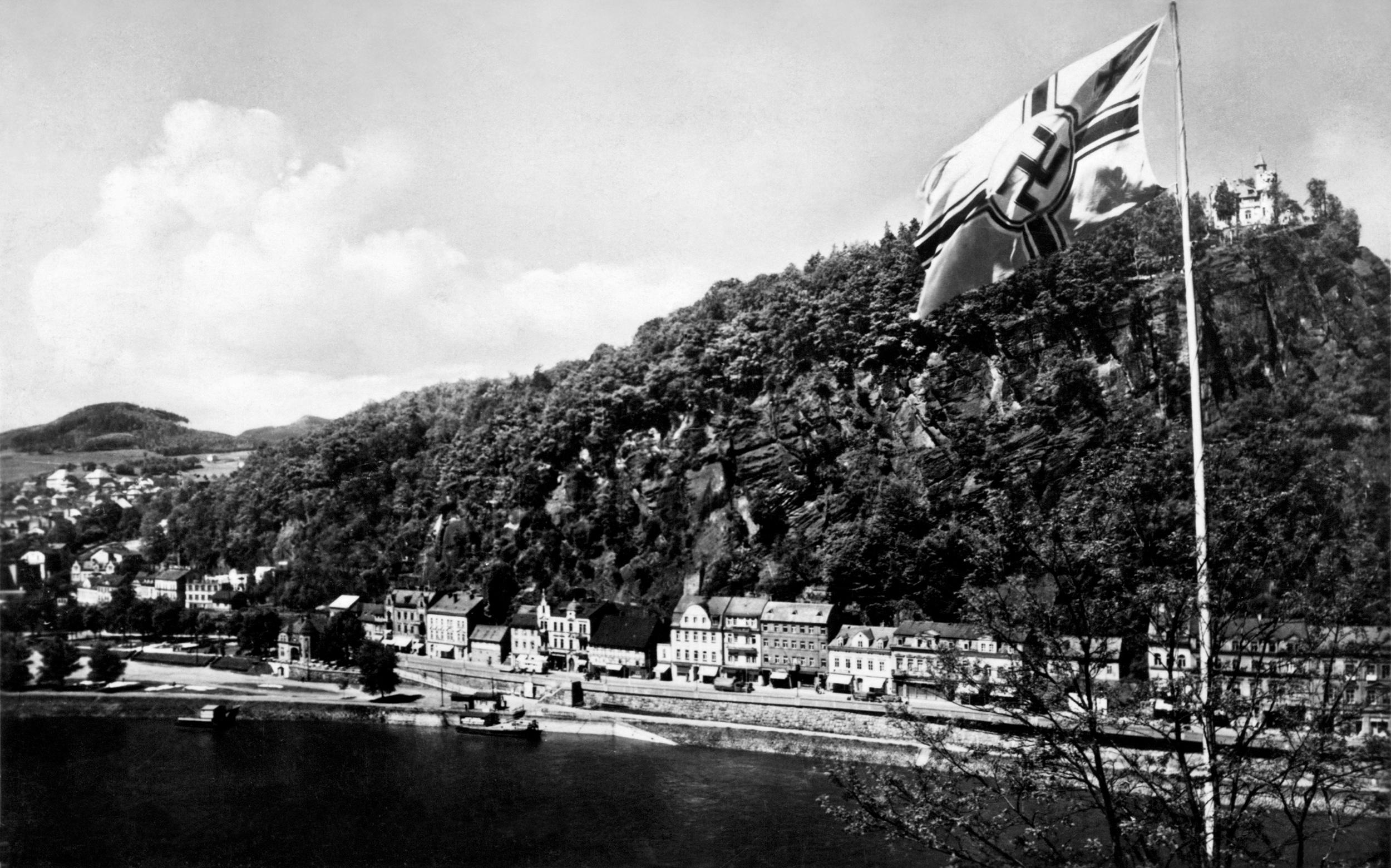 Pohled na nábřeží s parkanu s vlajkou z období 2. světové války