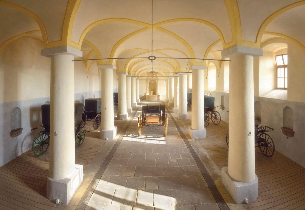 Barokní konírna s výstavou Historické kočáry