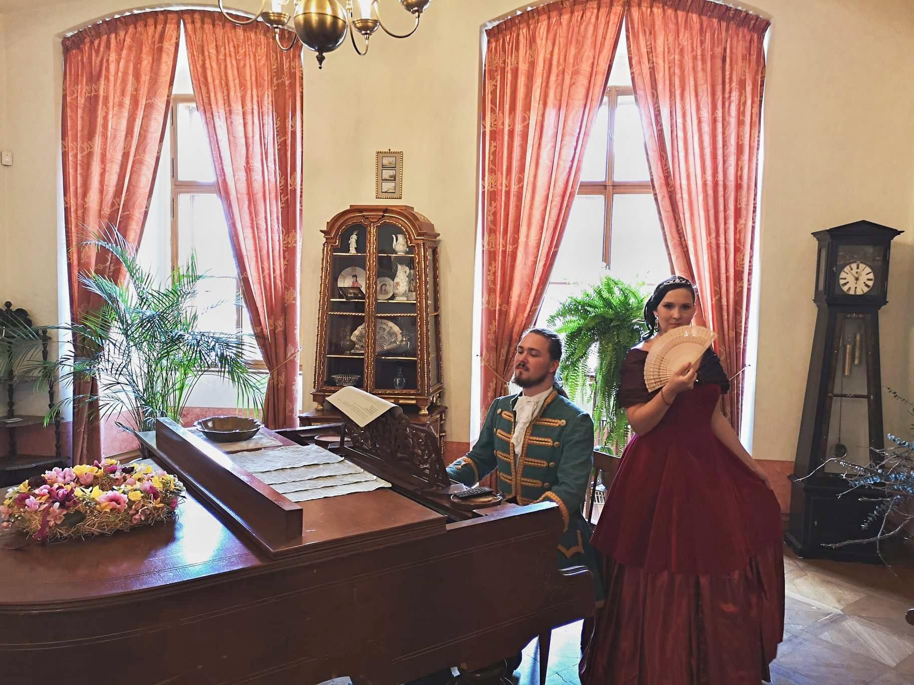 Komtesa s hrabětem u klavíru