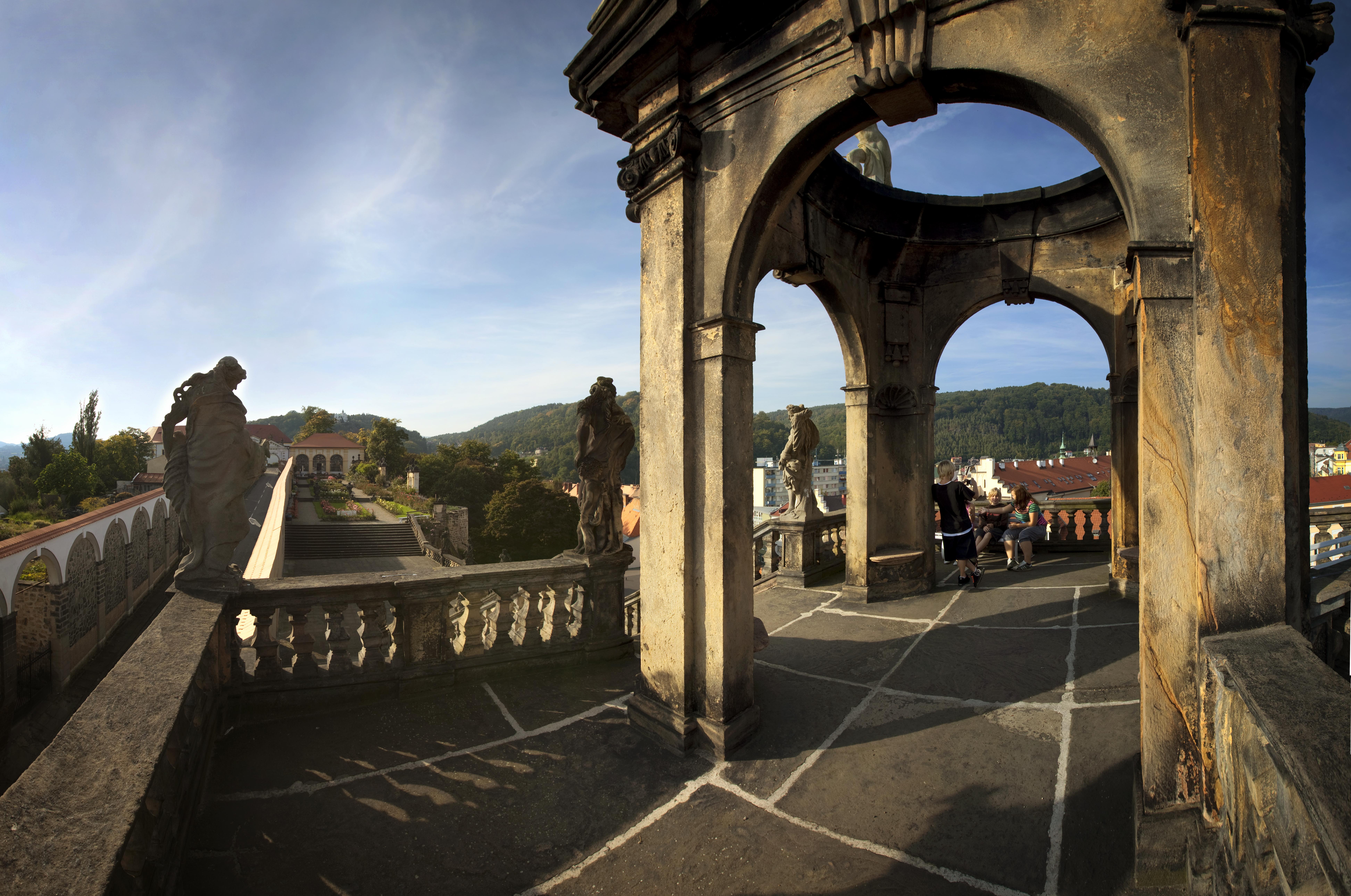 Pohled z barokního glorietu do Růžové zahrady
