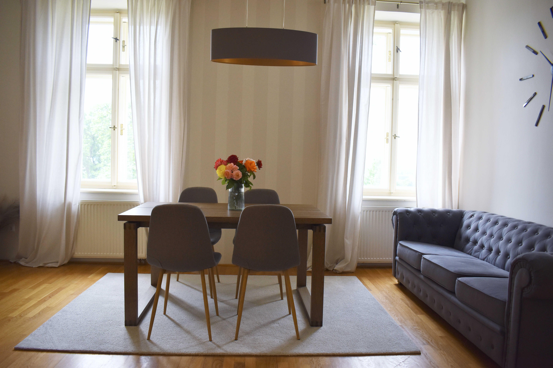 Jídelní stůl v apartmánu