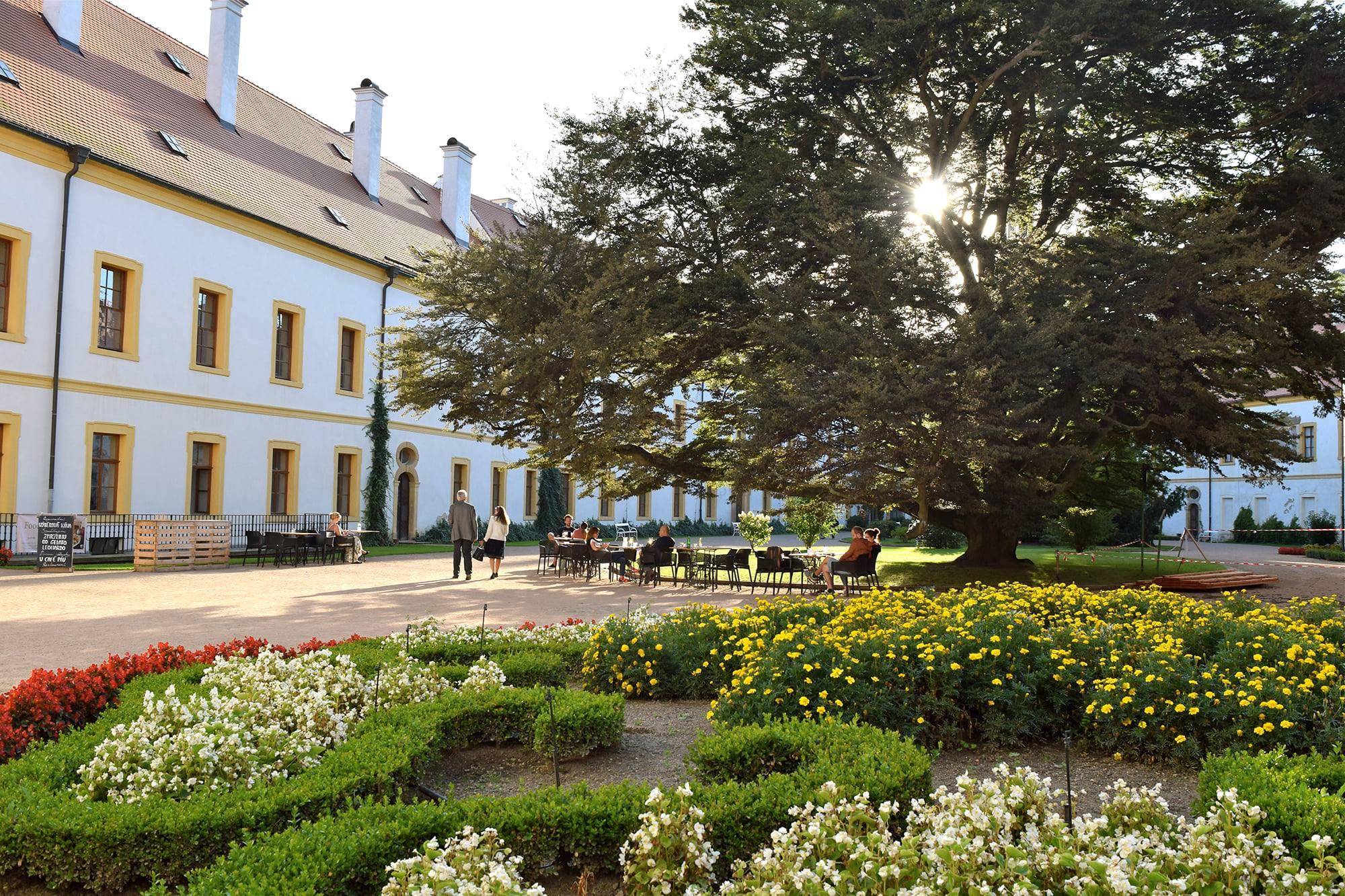 Pohled na hlavní nádvoří zámku s posezením