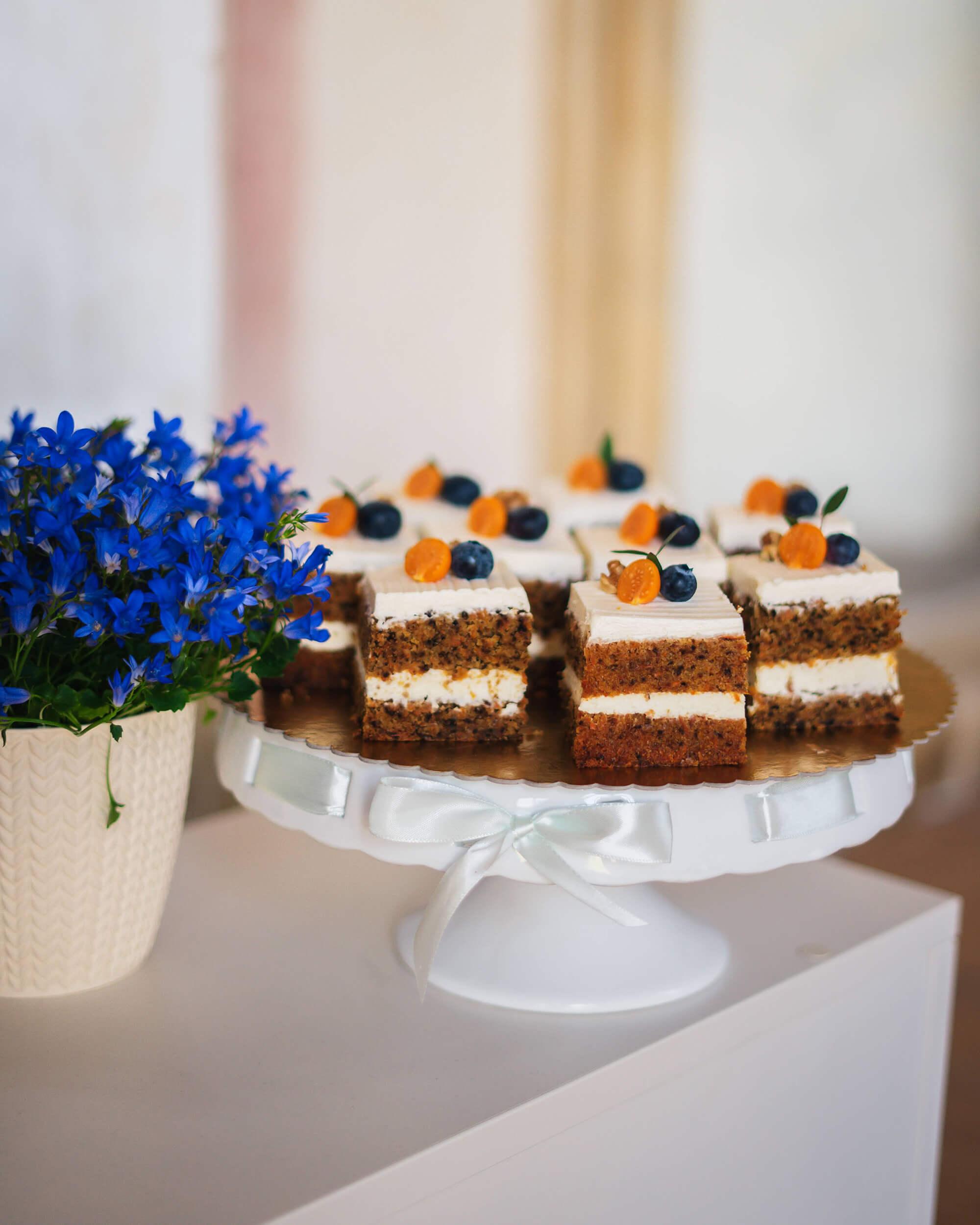 Občerstvení v kavárně - mrkvový dort