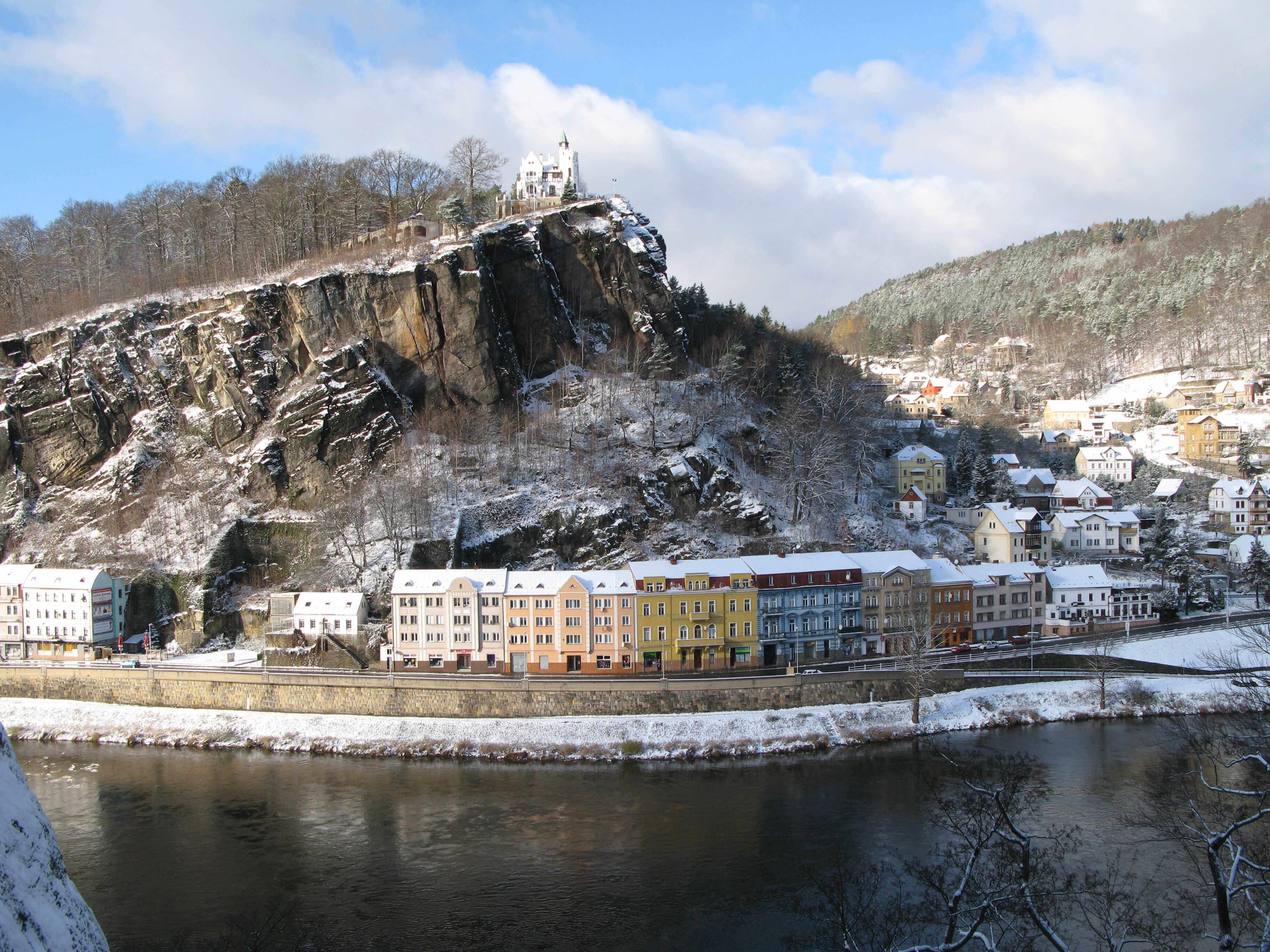Město Děčín s Pastýřskou stěnou v zimě