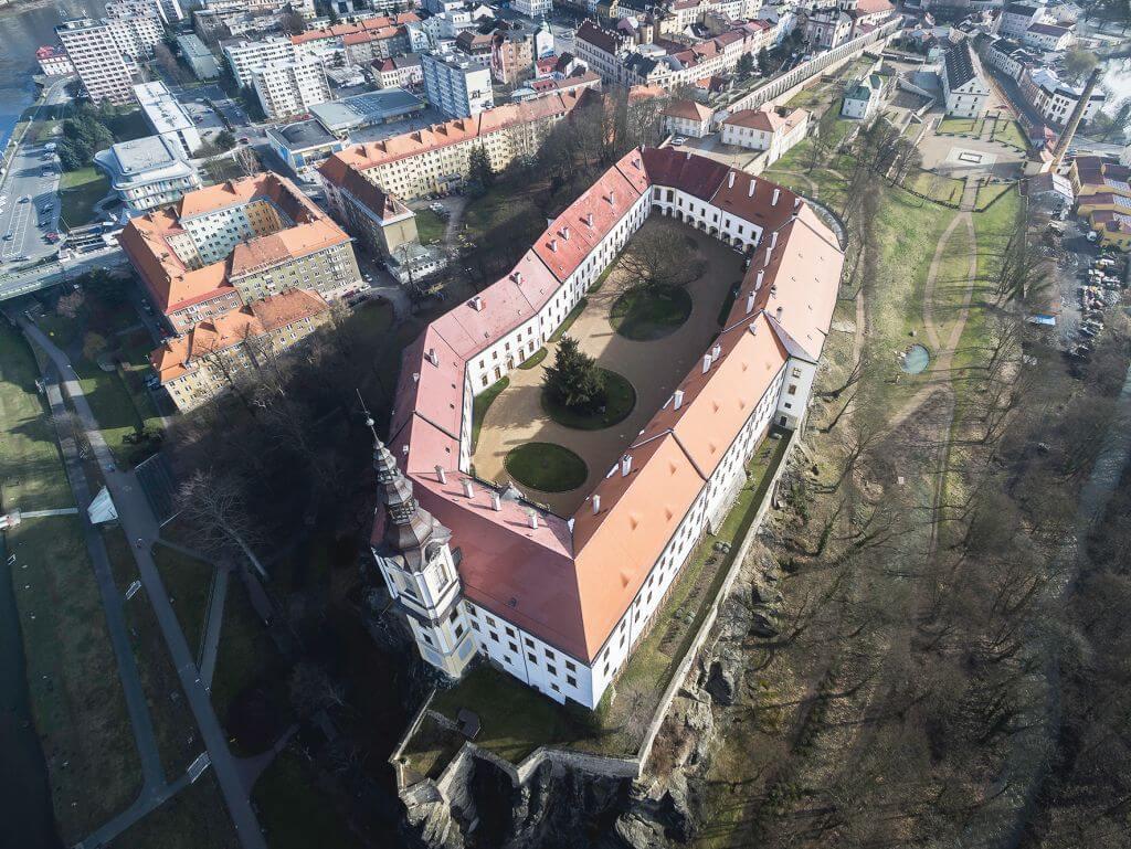 Pohled shora na Zámek Děčín a jeho nádvoří