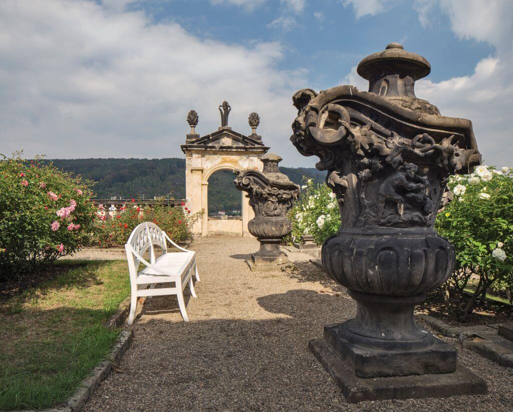 Růžová zahrada s kamennými barokními vázami