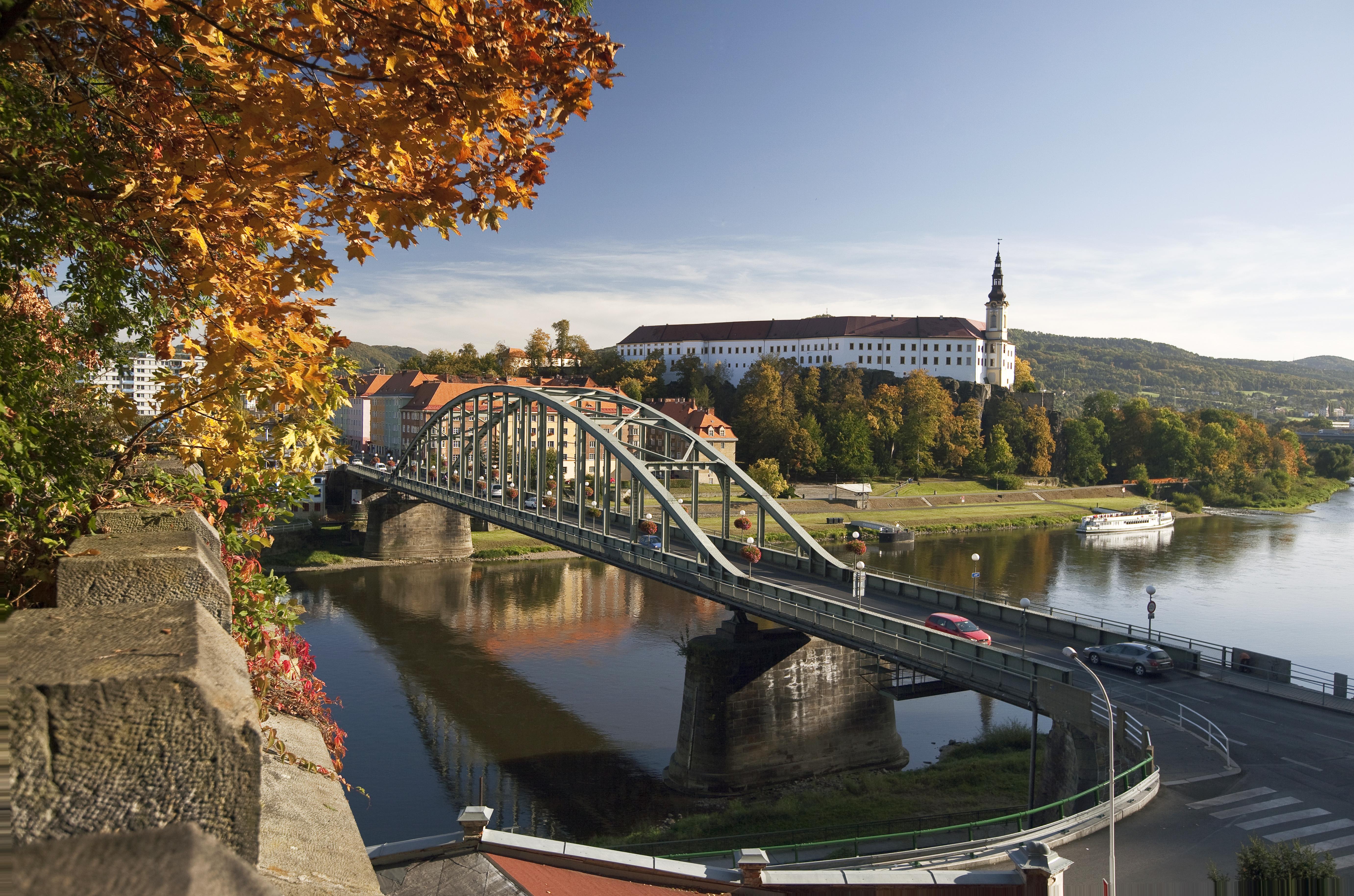 Zámek Děčín s mostem v popředí - podzimní výjev